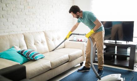 Comment nettoyer un canapé en tissu en 6 étapes ?