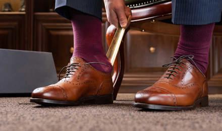 Man draagt bruine leren gepoetste oxfordschoenen