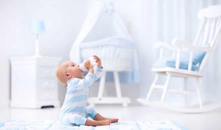 Une petite fille a renversé du lait sur le sol