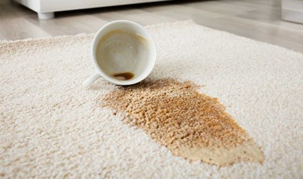 Des taches de café sur un tapis beige