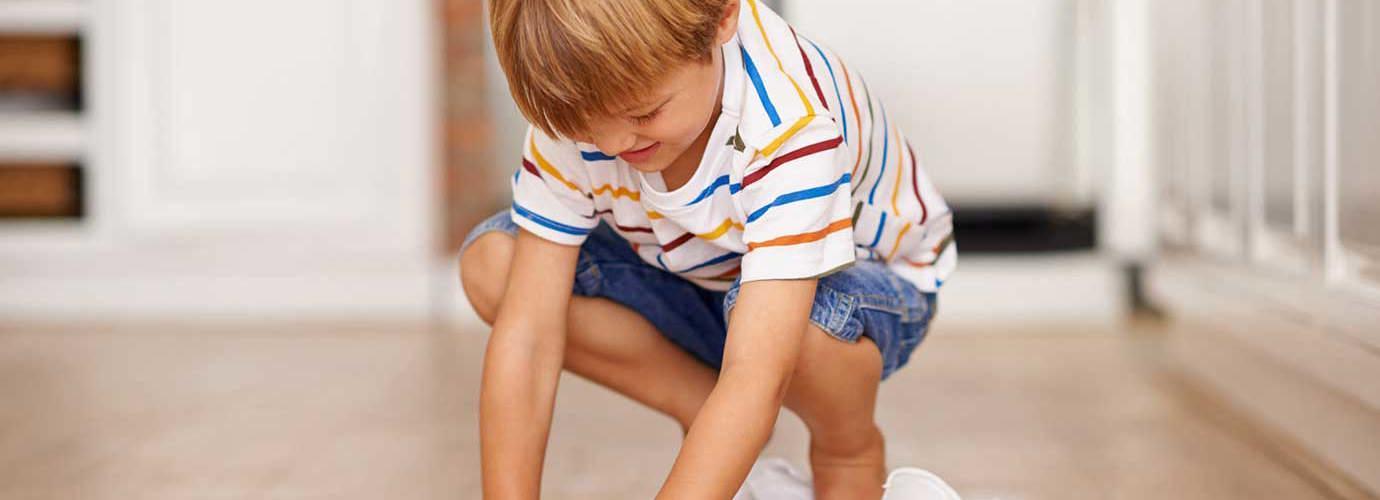 Des enfants apprennent comment rendre les planchers de bois propres