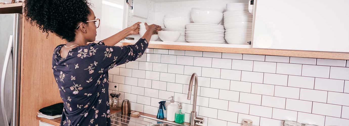 Une femme organise sa cuisine