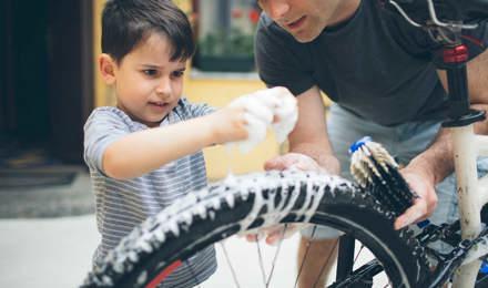 Un père et son fils nettoie une bicyclette