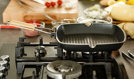 Une plancha propre et vide sur une cuisinière à gaz