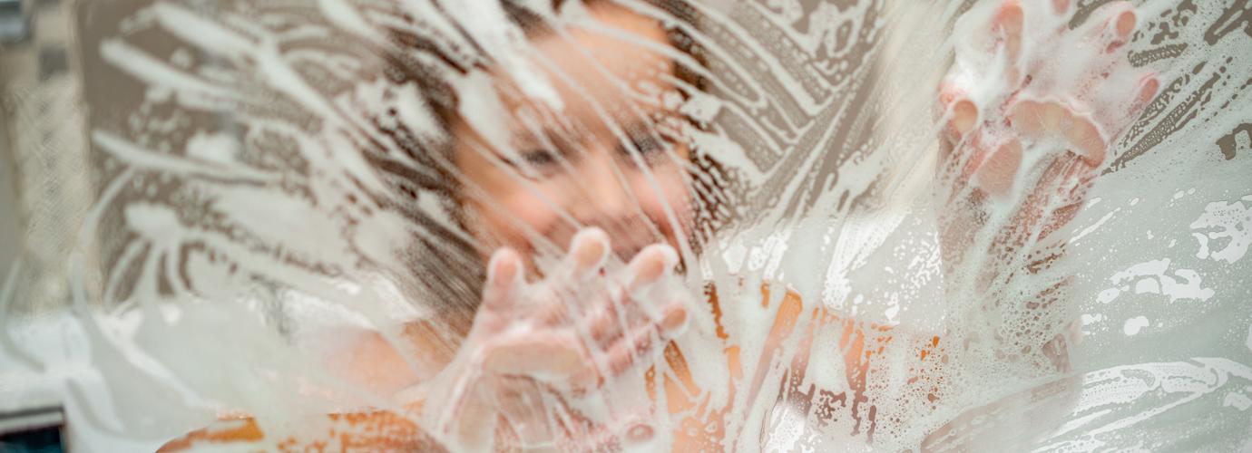 Comment nettoyer la vitre d'une douche pour qu'elle brille