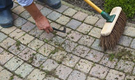 Comment nettoyer une terrasse naturellement, même si elle est très sale
