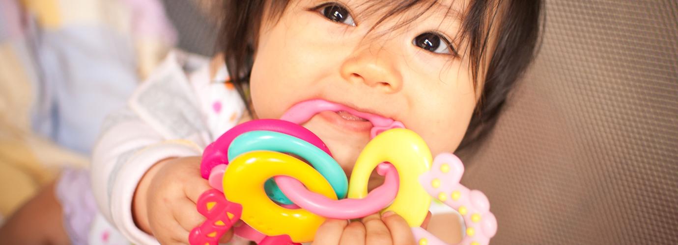 Comment désinfecter les jouets de bébé poisseux